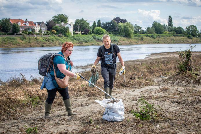 Heel wat vrijwilligers zakten zaterdag af naar de Maas, en reden zelfs van het Antwerpse Boom naar Lanaken om te helpen.