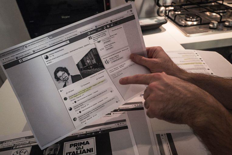 Raffaele Ariano laat een Facebook-bericht zien met daarin een foto van hem naast een foto van Auschwitz met de tekst 'dit is de enige trein waarin jij thuishoort'.  Beeld Zolin Nicola