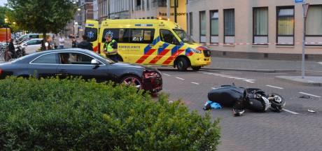 Een gewonde bij botsing tussen auto en scooter in Breda