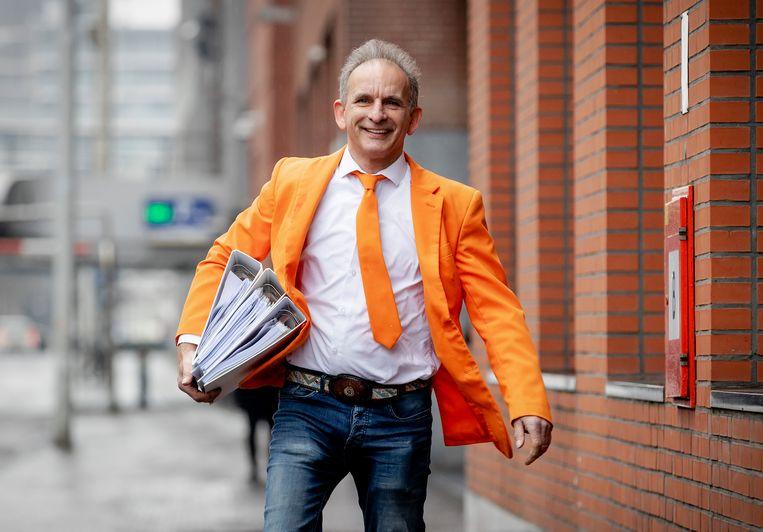DEN HAAG - Johan Vlemmix van de Feestpartij komt aan bij de Kiesraad. Politieke partijen die willen meedoen aan de Tweede Kamerverkiezingen moeten hun kandidatenlijst inleveren.  Beeld Hollandse Hoogte /  ANP ROBIN VAN LONKHUIJSEN