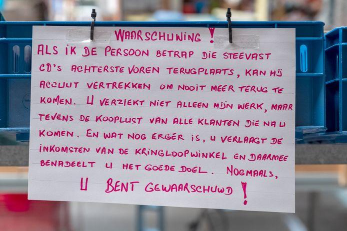 Dreigende taal aan het adres van de cd-verwisselaar. Het is de vrijwilligers van Krinloopwinkel Groesbeek menens.