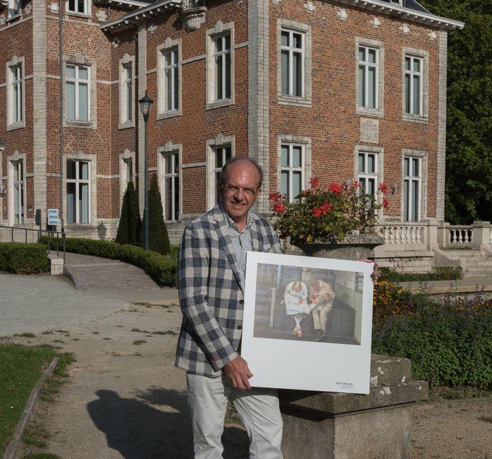 Eddy met de foto die de expo in Antwerpen haalde.