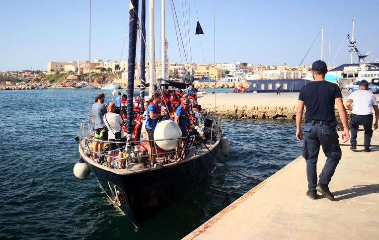 Opgepikte migranten aan boord van het zeiljacht Alex van de ngo Mediterranea Saving Humans.