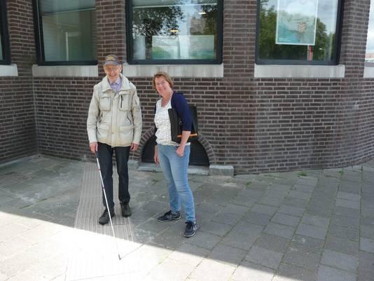 Ben Clazing  en Roos Kapteijns van het gehandicaptenplatform op de 'doodlopende' blindegeleidelijn