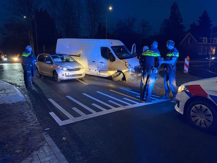 Politiemensen zorgen voor een veilige afhandeling na de botsing tussen Gorssel en Eefde.
