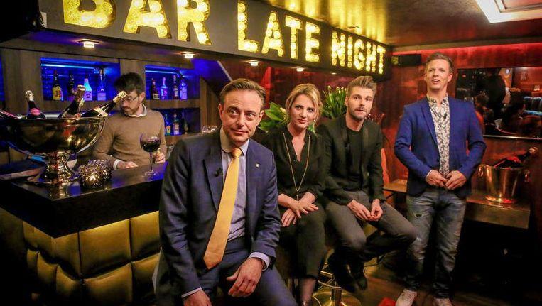 Bart De Wever, Maaike Cafmeyer en Kobe Ilsen schuiven aan aan de bar bij de start van de opnames. James Cooke vindt het allemaal prima.