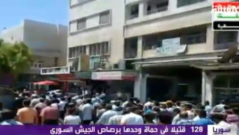 Ook na het geweld van afgelopen weekend zijn vandaag weer Syrische demonstranten de straat op gegaan. Beeld epa