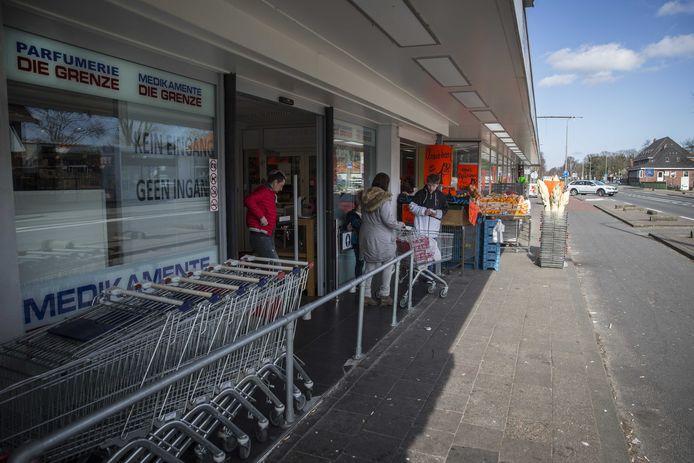 Winkelend publiek bij winkels op de Nederlands-Duitse grens.