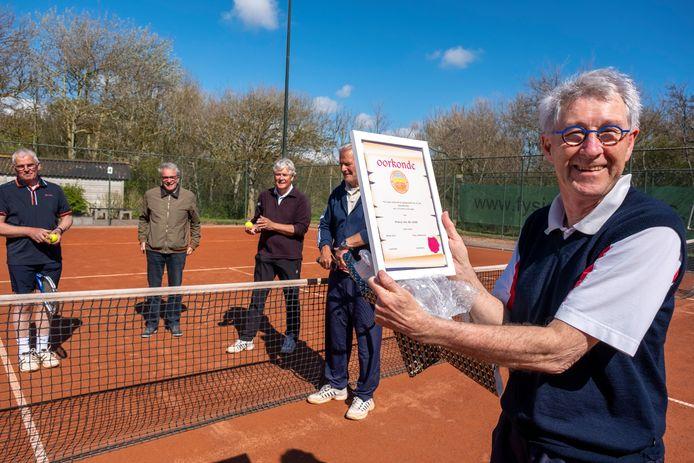 Frans van de Velde is verguld met de speciale oorkonde van 'zijn' tennisclub LTC DOS Vlissingen.