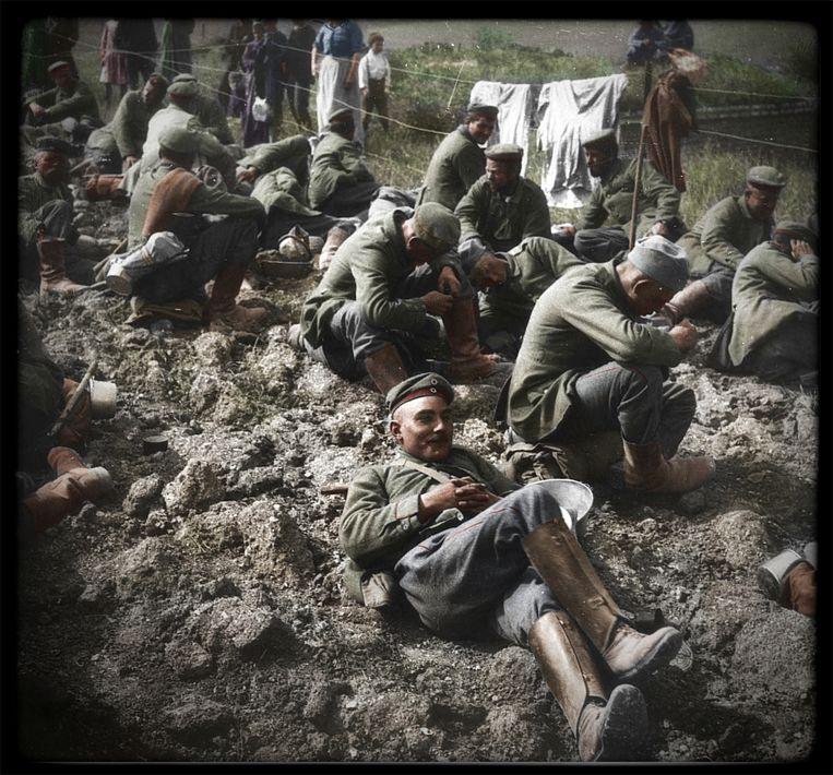 Duitse krijgsgevangenen, gevangengenomen tijdens een offensief in juli 1916, nabij Villers-Bretonneux.   Beeld Frédéric Duriez / BDIC / media