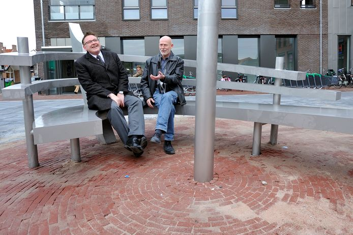 Kees Verwey (r.) en burgemeester Melis van de Groep van Bunschoten-Spakenburg op De Botterbank.