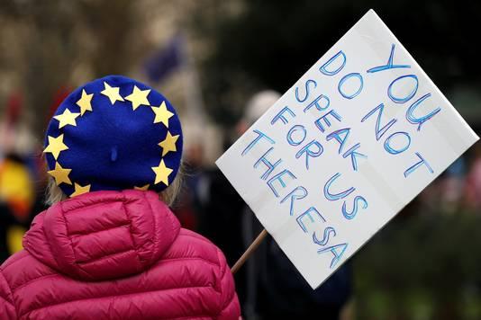 'Je spreekt niet voor ons, Theresa', luidt de tekst op dit protestbord.