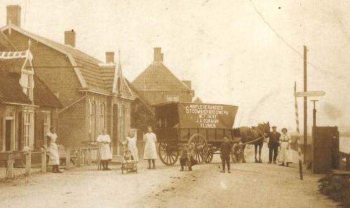 Een wagen van Stoombierbrouwerij Het Hert van de familie Corman uit Vlijmen bij café Maaszicht aan de Maasdijk in Eethen. J.A. Tukker uit Gorinchem maakte de foto in 1914.