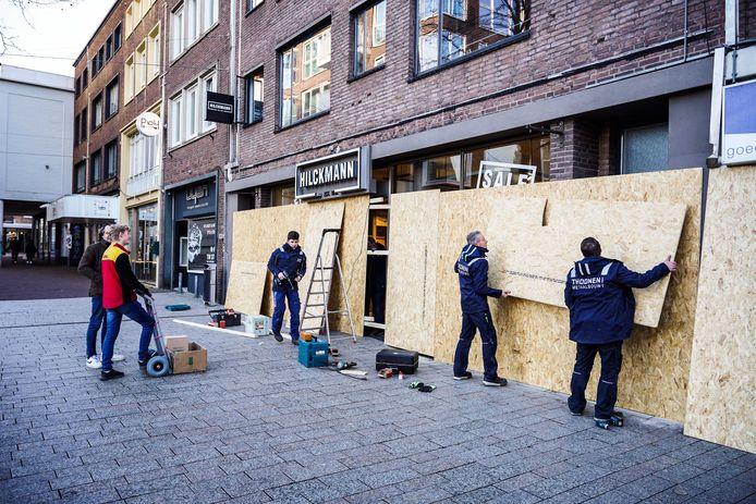 Een ondernemer timmert zijn zaak dicht uit angst voor eventuele rellen in Nijmegen.