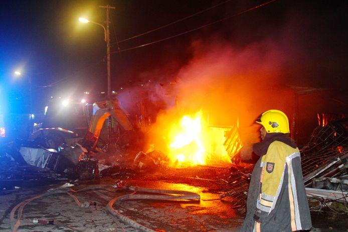 Brandstichting in de straten van Willemstad. Het was afgelopen nachten erg onrustig op Curaçao, met verschillende branden, vernielingen en verkeersopstoppingen.