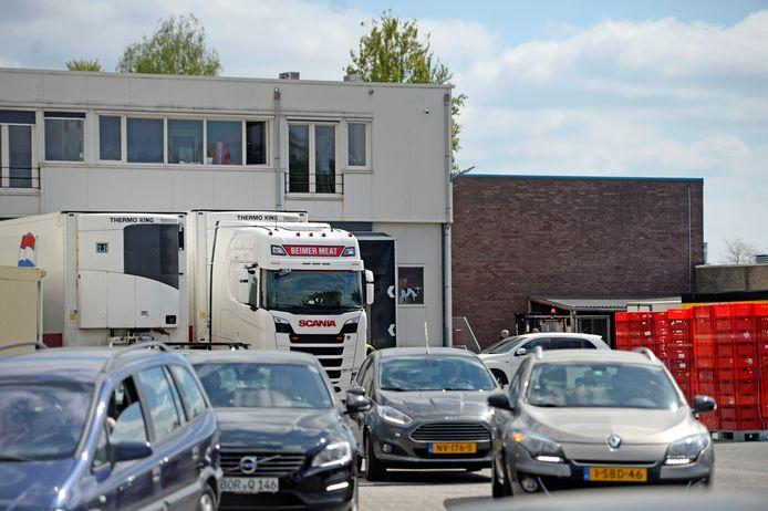 Een polonaise van auto's op het terrein van Beimer Meat.
