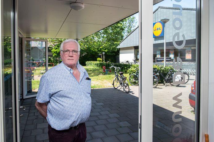 Kees van Aert is beheerder van wijkgebouw De Gong en penningmeester van wijkvereniging Buurtbelang Grauwe Polder. De vereniging is bang dat parkeeroverlast toeneemt wanneer de Lidl aan de Trompetlaan na de uitbreiding nog zes meter dichterbij komt te staan.