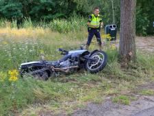 Motorrijder ernstig gewond na botsing tegen boom in Handel