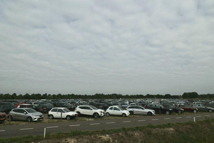 Drukte op de parkeerplaatsen bij de Efteling.