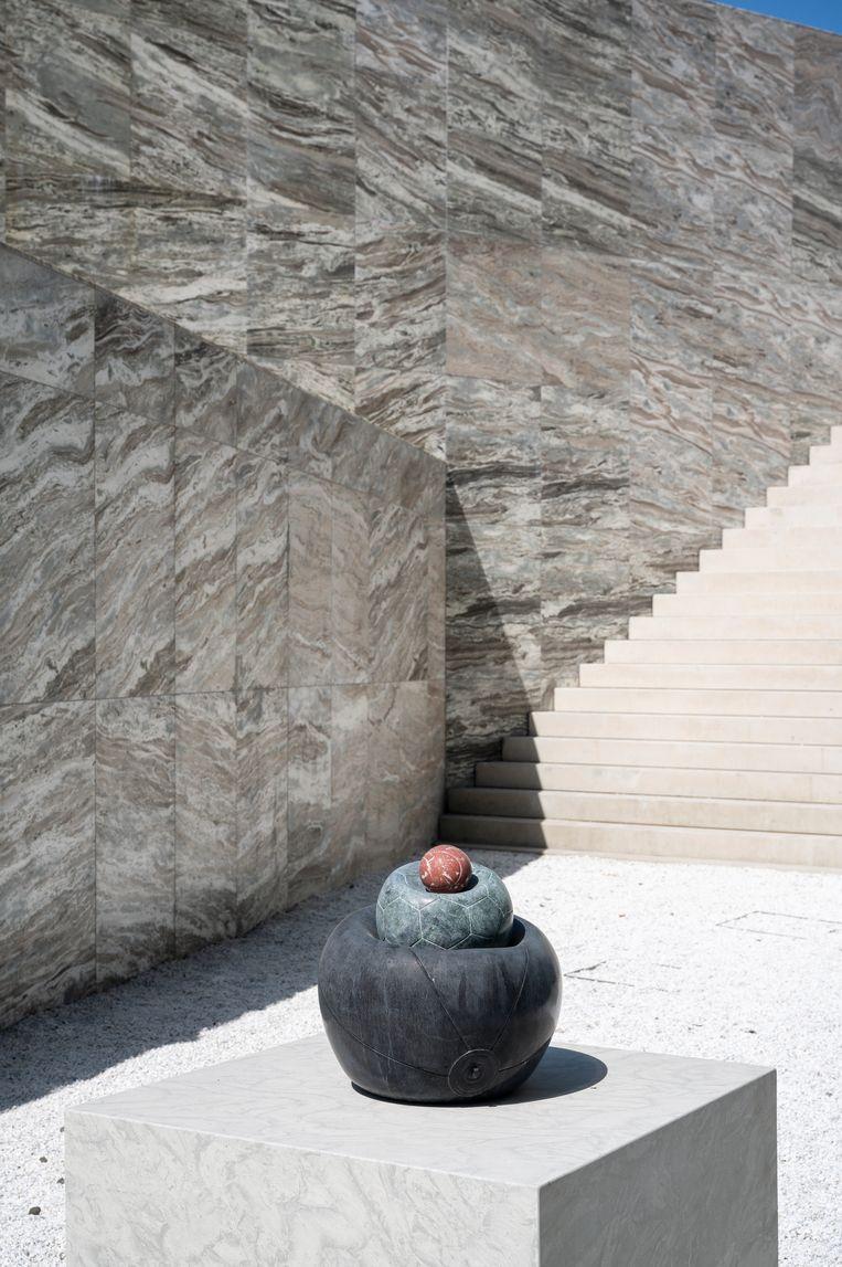 Jesse Wine maakte een sculptuur van een strandbal, een voetbal en een tennisbal op elkaar.  Beeld Tom Philip Janssen