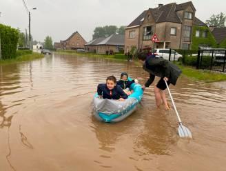 Nieuwe buurman met boot is held van (ondergelopen) straat