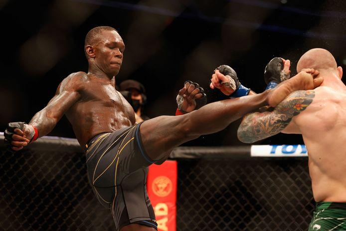 Israel Adesanya (links) trapt Marvin Vettori naar het hoofd tijdens UFC 263 in de Gila River Arena , Glendale, Arizona.