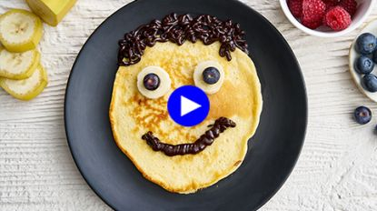 Feilloze manier om je kids van het scherm weg te halen: bak samen 'face pancakes'