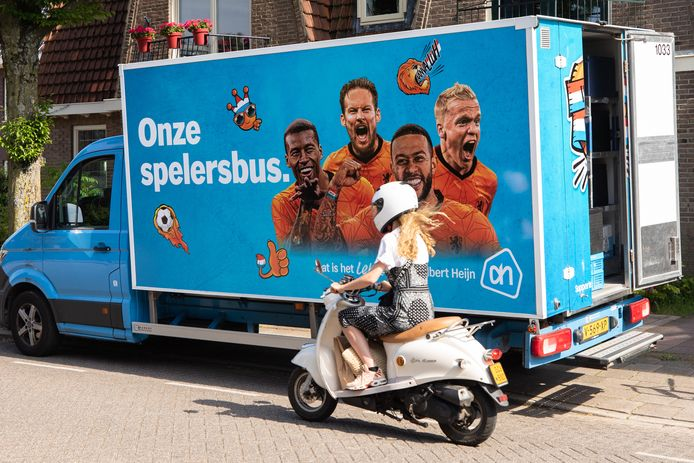 Binnenkort op het Eiland van Nederhemert: de blauwe bestelbussen van Albert kleuren vanwege het EK tijdelijk oranje.