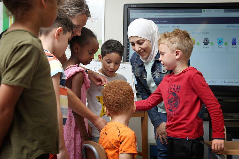 Op een Rotterdamse school draaien statushouders mee die in hun thuisland leraar waren. Beeld Sanne Donders