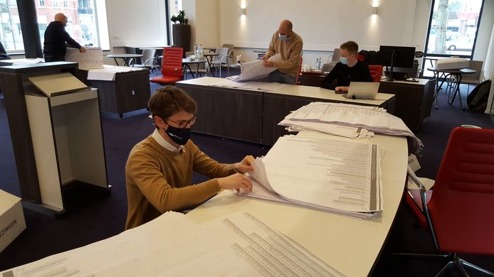 Medewerkers van de gemeente Berg en Dal tellen op het gemeentehuis in Groesbeek de stemmen bij de laatste landelijke verkiezingen.