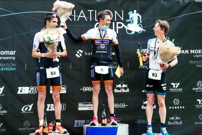Het podium bij de mannen met (vlnr.) Tom Mets, winnaar Sybren Baelde en Wouter Monchy. Vooral bij de mannen werd de halve triatlon van Lievegem een spannende wedstrijd. Bij de vrouwen won de in Gent woonachtige Kroatische Sonja Skevin met de vingers in de neus.