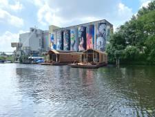 Wikkelboats meren aan bij Tramkade, teller staat nu op drie hotelboten en er komen er nog drie bij