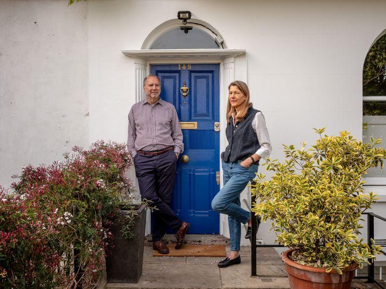Samen met haar Belgische man Peter Piot voor hun huis in Londen. Beeld NYT/ANDREW TESTA