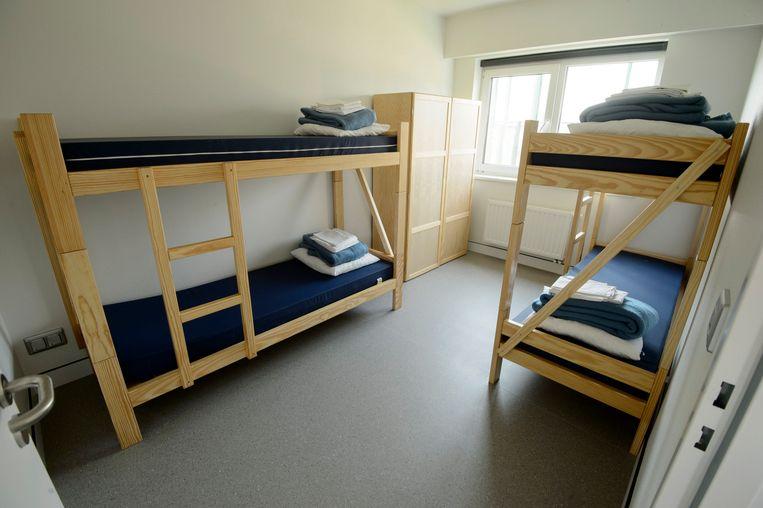 Een van de slaapkamers van het gesloten asielcentrum. Beeld Photo News