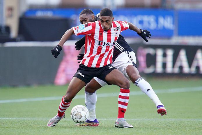 Deroy Duarte in duel met Leroy Fer van Feyenoord.
