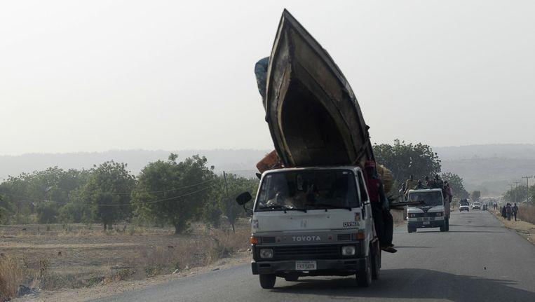 Mensen op de vlucht voor het geweld van Boko Haram in het noordoosten van Nigeria. Beeld reuters