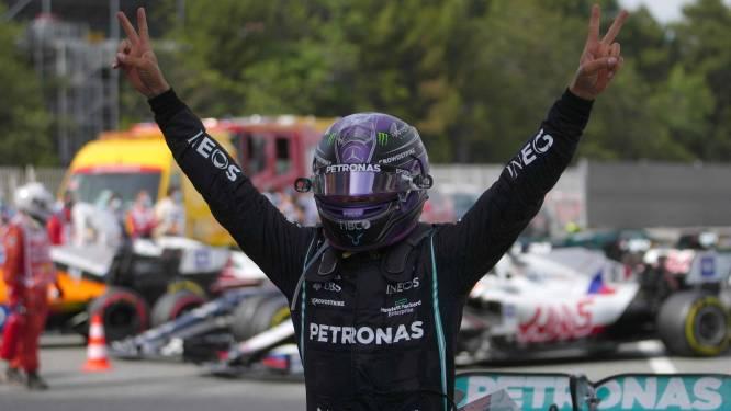 Hamilton nekt in slot Verstappen na meesterlijk plannetje en wint voor vijfde keer op rij in Spanje