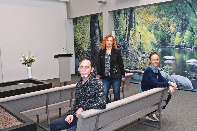 Begrafenisondernemer Steve Laevens, adviseur Katrien Buyse en funeral manager Caroline Van Roy in de volledig vernieuwde en uitgebreidde aula van Uitvaartcentrum Werbrouck.