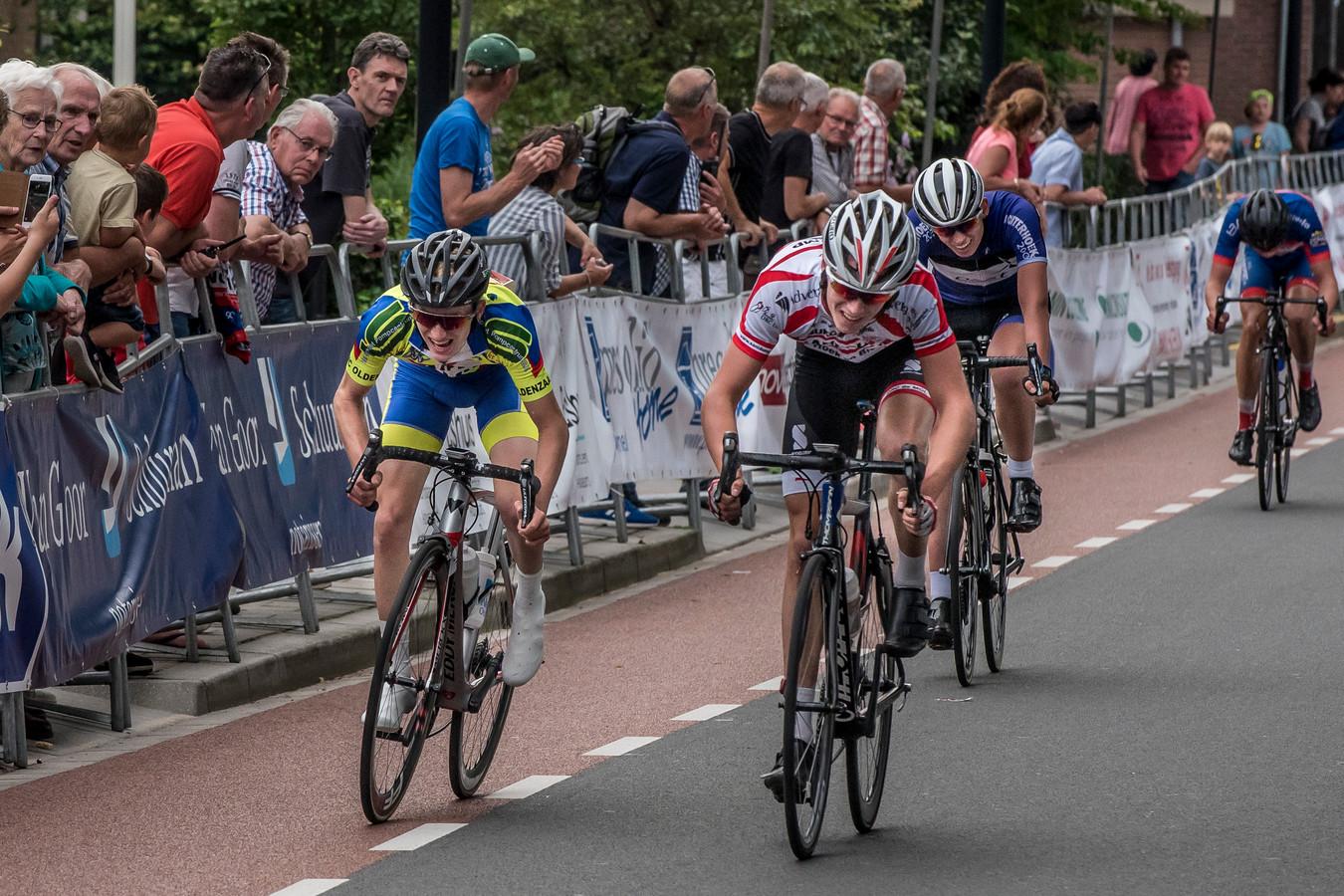 Foto uit het archief: felle strijd richting finish in de Ronde van Twente.