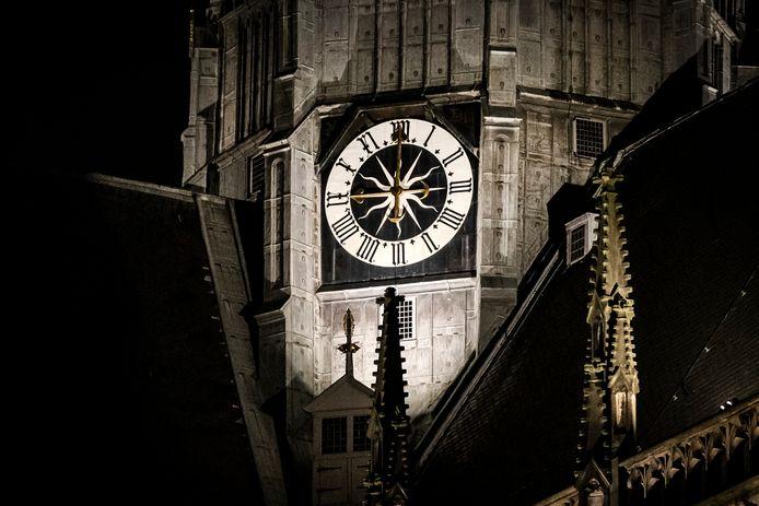 De klok slaat 21:00 op de  St. Bavokerk in Haarlem. Foto ter illustratie.