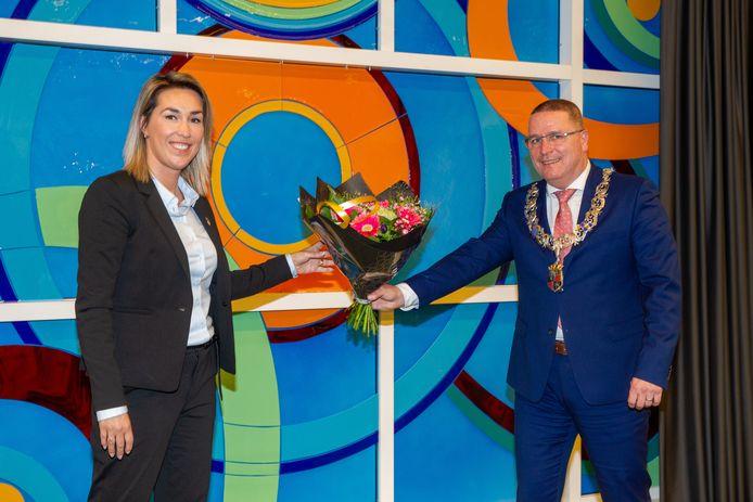 Vivianne van Wieren-Kraayvanger vlak na haar benoeming tot wethouder in Veldhoven, hier met burgemeester Marcel Delhez.