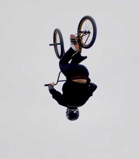 Stunts met de BMX, een kunstwerk maken van fietsen en racefietsen in een circustent op Markt Papendrecht
