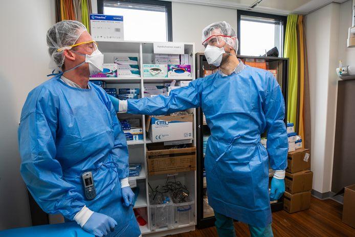 Mustafa Bulut (rechts) in gesprek met verpleegkundige Sven op de corona-afdeling.