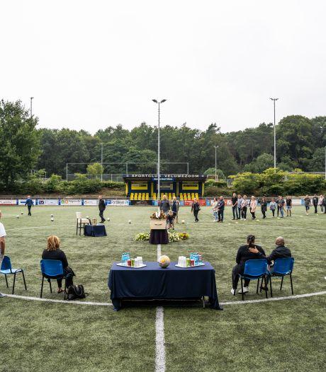Clubman Hans van Roest krijgt indrukwekkend afscheid op  het veld van zijn SC Veluwezoom