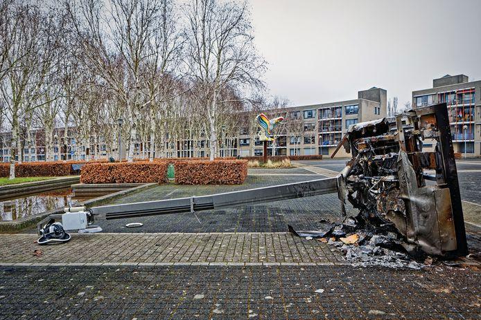 Op het Groenedijkplein in Geeren-Noord is een beveiligingscamera gesloopt en in brand gestoken.