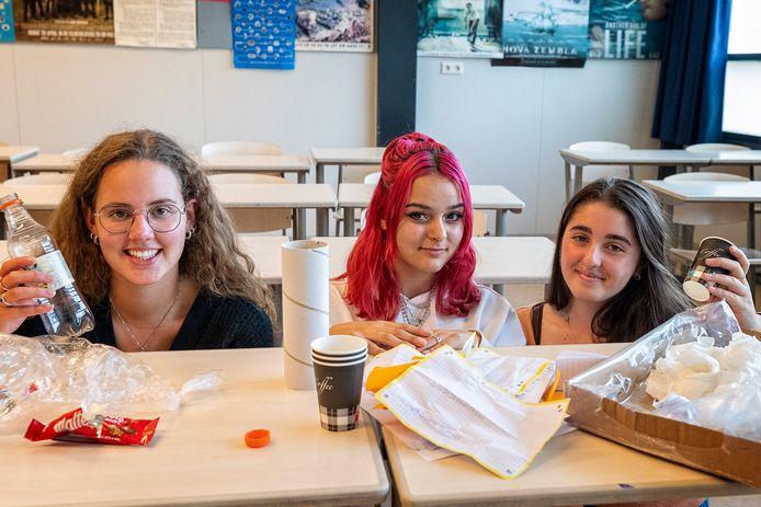Duurzaam studeren houdt ook afvalscheiding in. Vlnr: Isabelle Dussine, Marie-Louise Bremers en Yana Avgitidis.