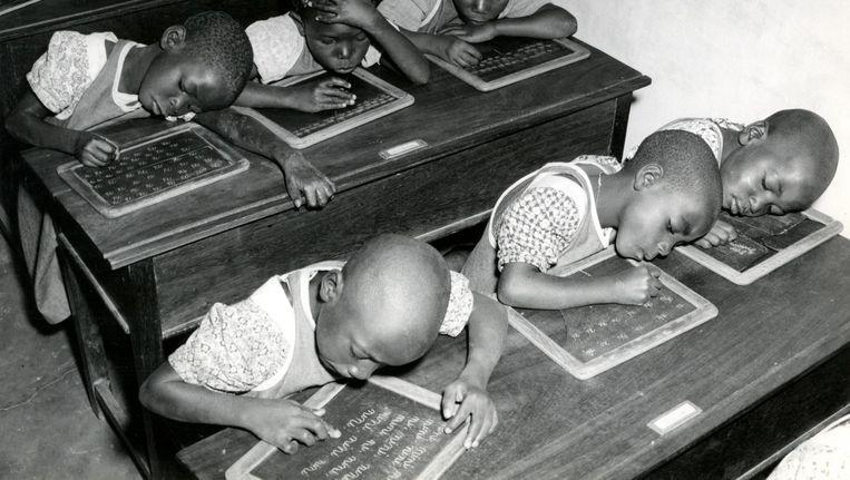 Lerende kinderen in Belgisch Congo. Beeld Hollandse Hoogte