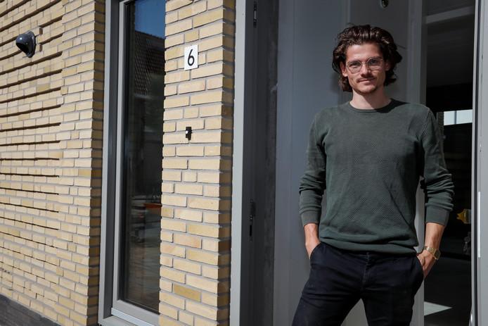 Joris Petterson bij zijn nieuwe huis.
