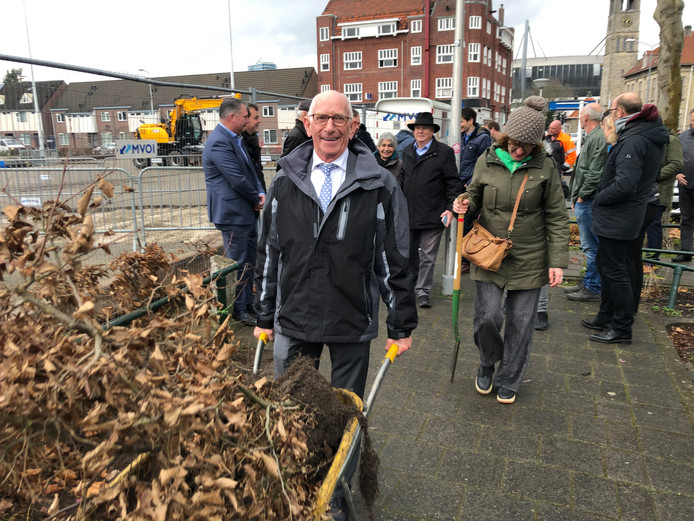 Algemeen directeur Jan Verburg van ontwikkelaar Burgland Real Estate hielp ook een handje mee bij het verplaatsen van een beukenheg van het Vogelzangterrein naar het Lodewijk Napoleonplein in Eindhoven.