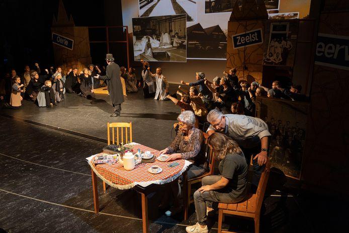 De Veldhovense theatershow '100 op een Hoop' in De Schalm donderdag, tijdens de voorpremière.